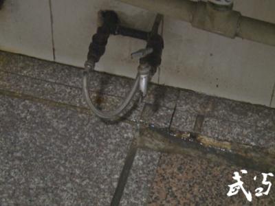 創文曝光臺|六堰人民廣場公廁:設施陳舊 空間狹小 異味難聞