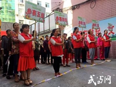 张湾社区:50位大妈比拼包粽子