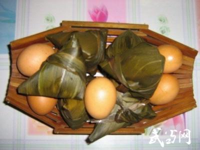 包粽子、吃艾叶鸡蛋