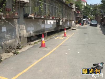 朝陽中路:背街小巷停車難  居民設鎖占車位