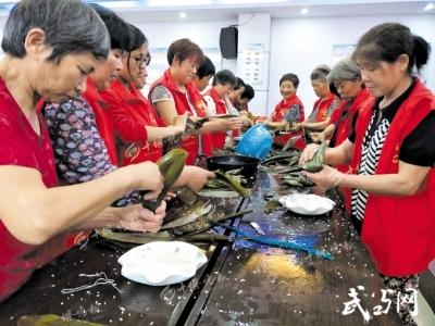 马家河社区举办包粽子大赛