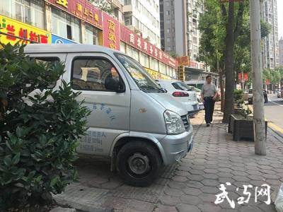 北京路中华大厦广场门前盲道占用严重 一小时整治违法行为30余起