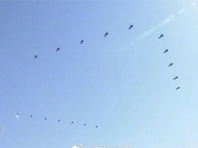 """阅兵丨直升机组成""""八一""""标识 绘出""""90""""字样"""