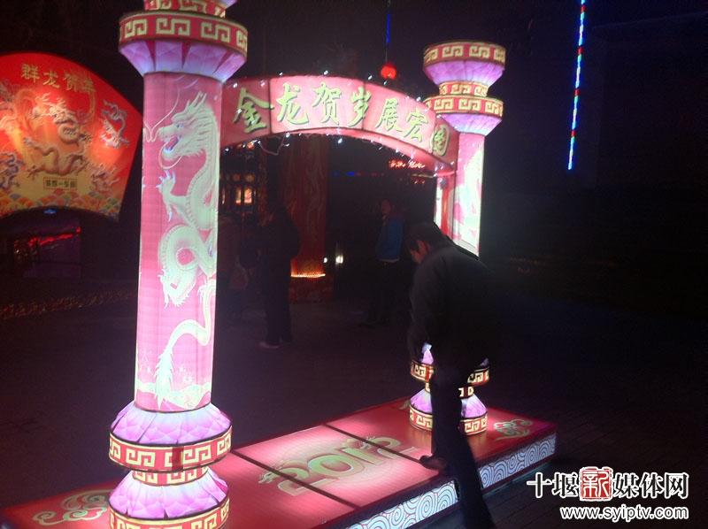 5.据了解,展出灯都是由东汽车身厂工人手工制作.