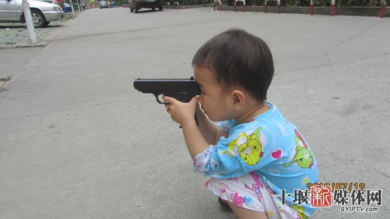 7月12日,白浪某小区内,一名儿童正用仿真枪射击