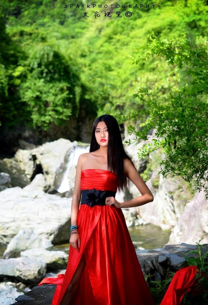 大川山水间的冷酷美女