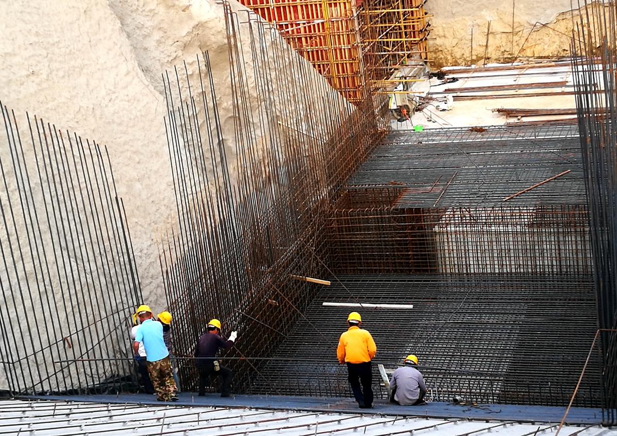 工人们正在焊接钢筋.jpg
