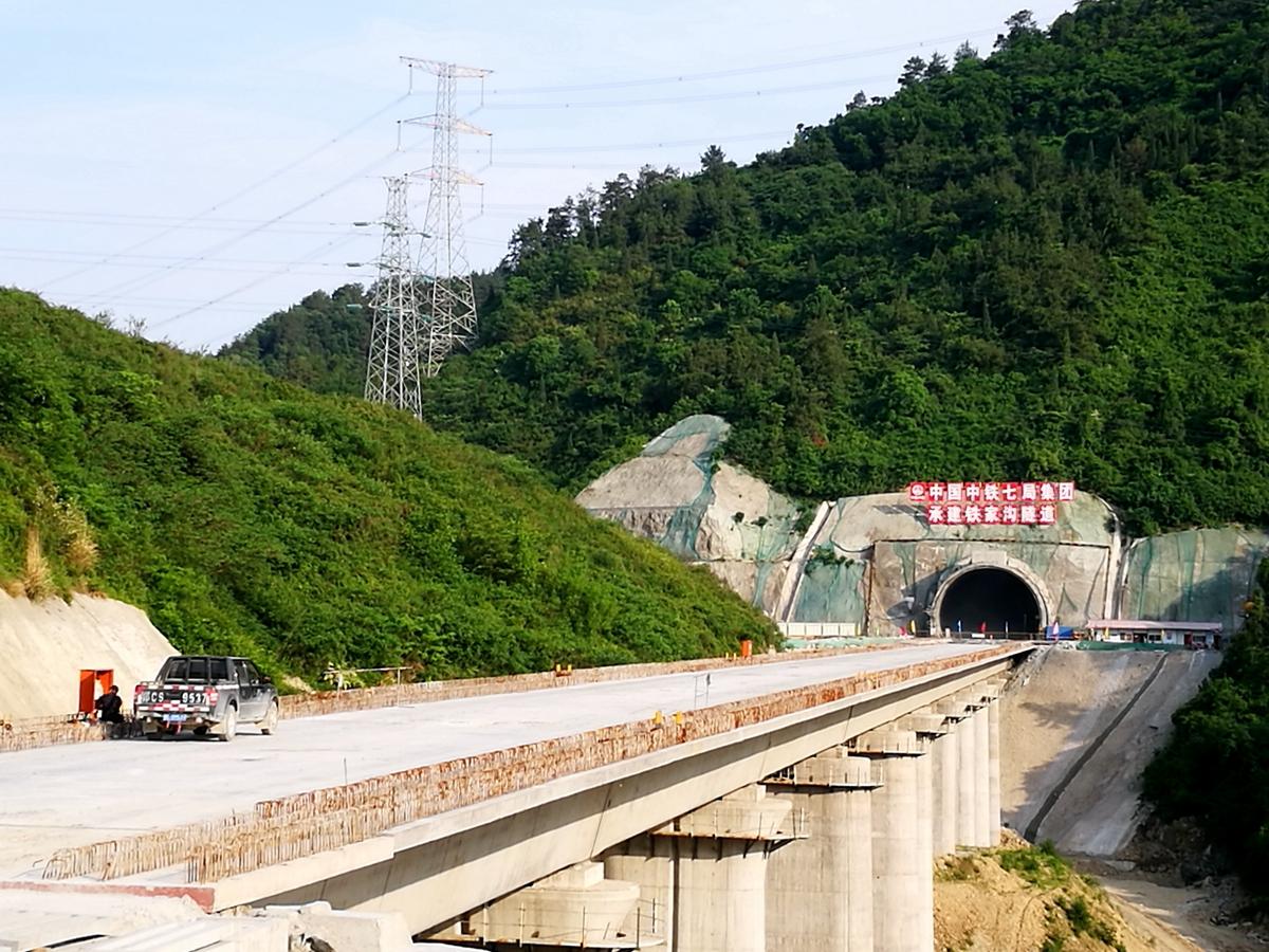 铁家沟大桥贯通汉十高铁进入武当山腹地.jpg