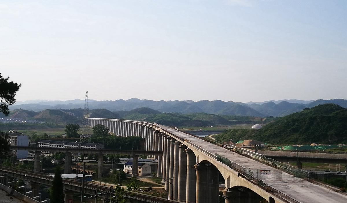 壮观的汉十高铁六里坪跨襄渝铁路特大桥.jpg
