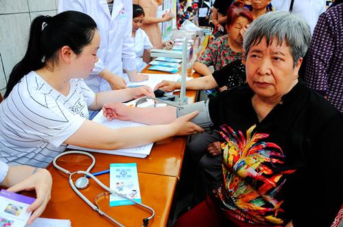 现场社区卫生服务站的志愿者为群众义诊.jpg