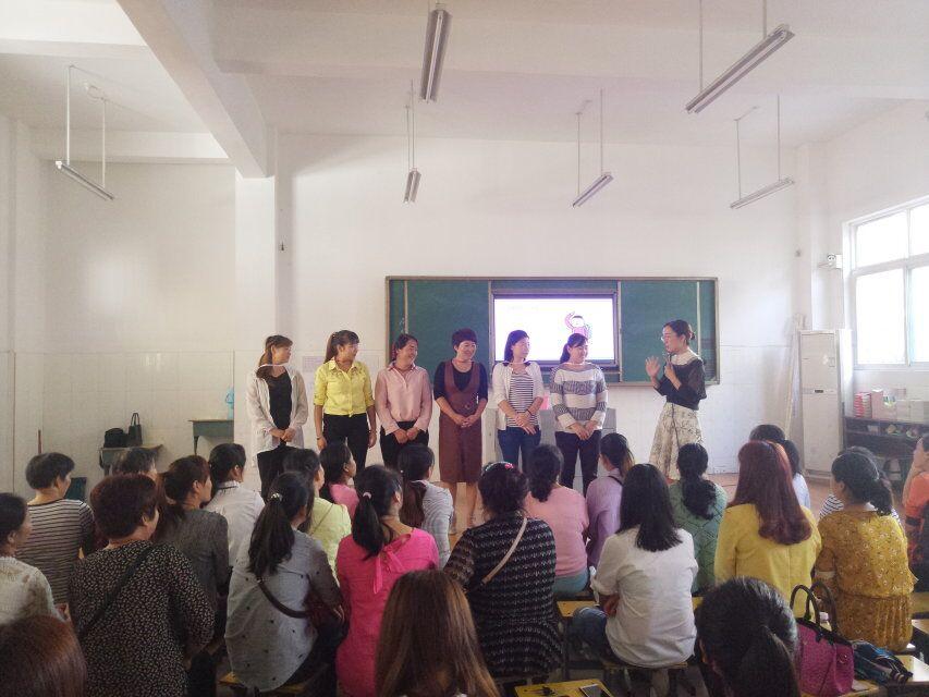家教张湾行公益巡讲活动:苏老师在和家长们做标签游戏