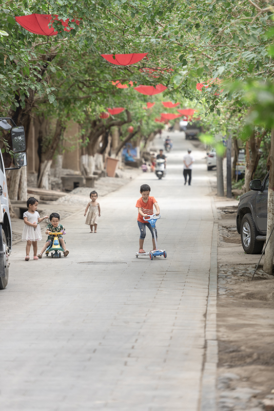 SSM_0338景区内玩耍的居民儿童fb.jpg