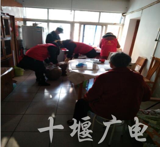 巾帼志愿者为困难失独家庭打扫房间卫生